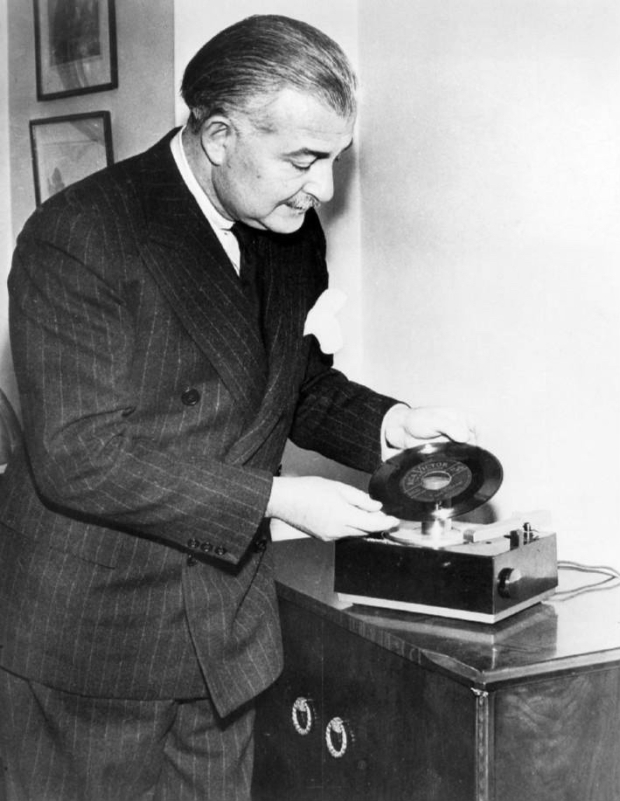 RCA_45_rpm_phonograph_and_record_Arthur_Fiedler_1949